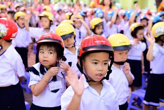 Tặng gần 2 triệu mũ bảo hiểm cho học sinh lớp một ảnh 2