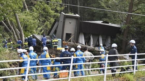 Động đất mạnh gây lở đất, mất điện trên diện rộng tại Nhật Bản ảnh 1