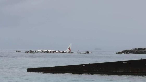 Máy bay chở 47 người trượt khỏi đường băng, lao xuống biển ảnh 7