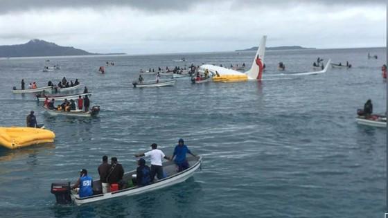 Máy bay chở 47 người trượt khỏi đường băng, lao xuống biển ảnh 1