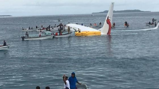 Máy bay chở 47 người trượt khỏi đường băng, lao xuống biển ảnh 2