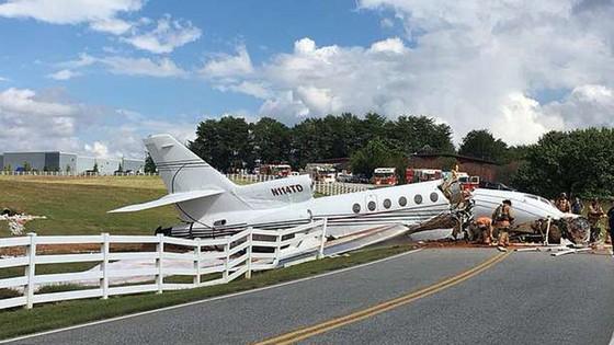 2 người chết, 2 người bị thương sau khi máy bay trượt khỏi đường băng gẫy làm đôi ảnh 3