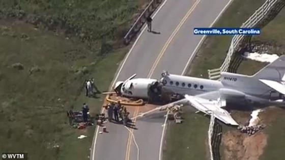 2 người chết, 2 người bị thương sau khi máy bay trượt khỏi đường băng gẫy làm đôi ảnh 2
