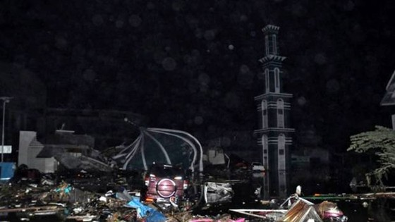 Số nạn nhân thiệt mạng do động đất và sóng thần tại Indonesia đã lên tới gần 400 người ảnh 19