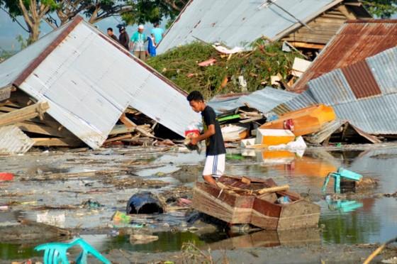 Số nạn nhân thiệt mạng do động đất và sóng thần tại Indonesia đã lên tới gần 400 người ảnh 17