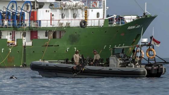 Vụ rơi máy bay tại Indonesia: Tìm thấy hộp đen máy bay ảnh 1