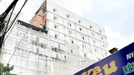 """Sau lệnh đình chỉ thi công, công trình vẫn """"lố"""" thêm 4 tầng ảnh 1"""