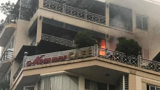 Cháy khách sạn trong khu phố cổ, nhiều khách nước ngoài hoảng loạn ảnh 1