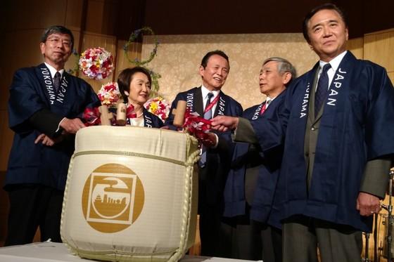 Phó thủ tướng Nhật: Hãy làm việc để không có thời gian nhập viện - ảnh 1