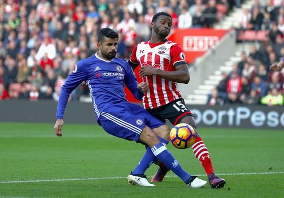 Diego Costa (trái, Chelsea) tranh bóng với Cuco Martina (Southampton).
