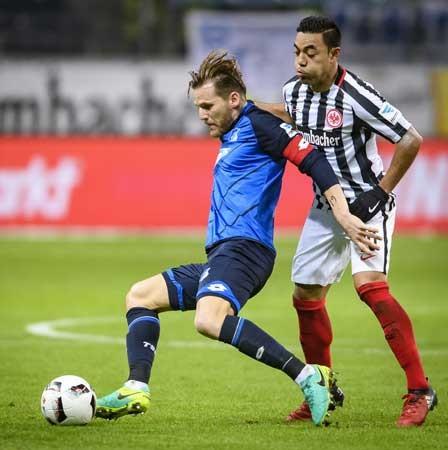 Hoffenheim (trái) có thể bỏ túi tấm vé tham dự Champions League mùa tới sau cuộc đón tiếp Frankfurt