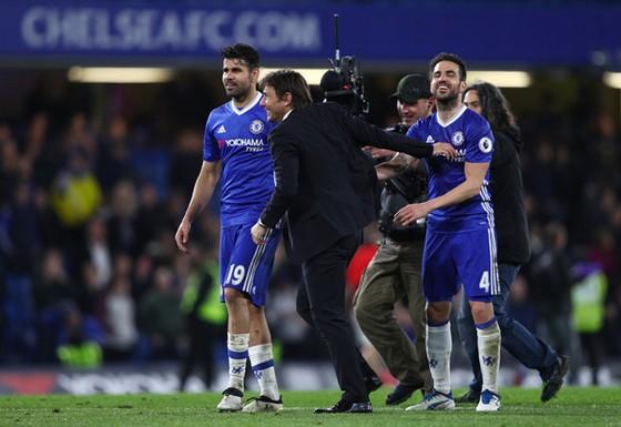 Antonio Conte chúc mừng trận đấu thành công của Cesc Fabregas (phải).