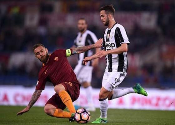 Daniele De Rossi (trái, Roma) cản phá pha đi bóng của Miralem Pjanic (Juventus).