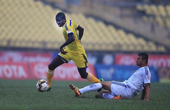 """""""Chân gỗ"""" Olaha (trái) đóng góp mới có 1 bàn cho đội bóng Sông Lam. Ảnh: T.L"""