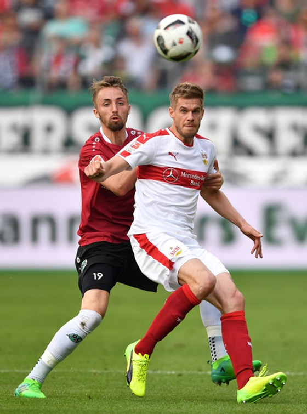 Tiền đạo Simon Terodde (phải) đã cam kết gắn bó tương lai với Stuttgart.