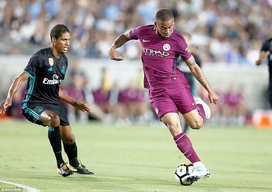 Man.City vận hành lối chơi nhanh thật sự là điều mà tài năng Gabriel Jesus (phải) hào hứng.