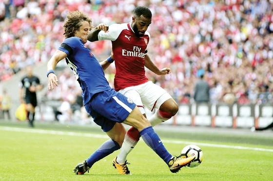 David Luiz (trái, Chelsea) tranh bóng với Alexandre Lacazette (Arsenal) mùa trước