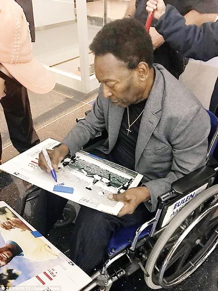 Pele ký tặng người hâm mộ trên xe lăn