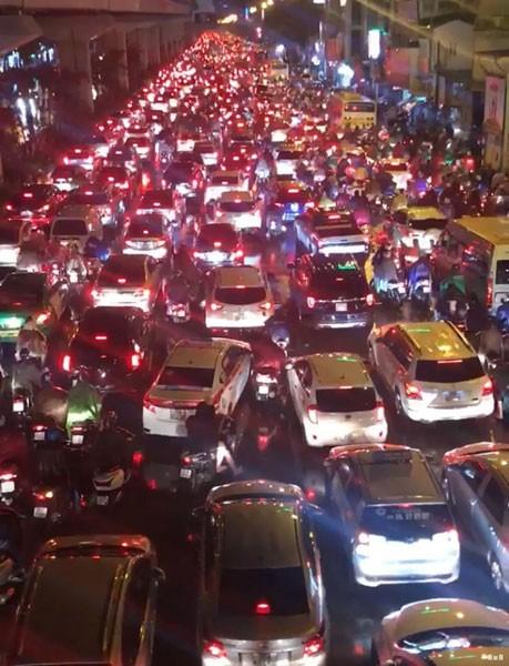 Hà Nội ùn tắc nghiêm trọng do mưa lớn ảnh 1
