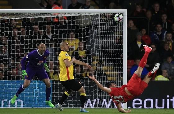 Emre Can (áo đỏ) trong pha ghi bàn đẹp mắt vào lưới thủ thành Gomes của Watford. Ảnh: Dailymail