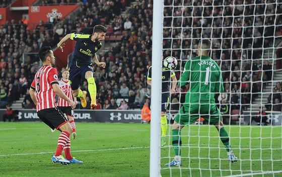 Thắng Southampton, Arsenal qua mặt Man.United ảnh 1