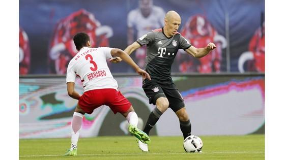 Bayern Munich (phải) vẫn quá mạnh so với phần còn lại của Bundesliga.