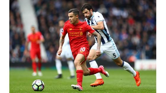 Liverpool cần bổ sung nhân sự tốt nhằm chia sẻ gánh nặng với Philippe Coutinho (trái).