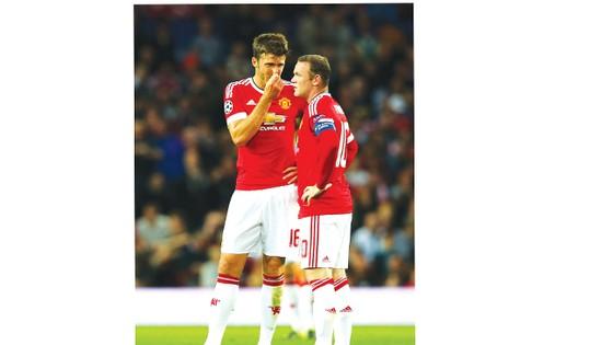 Wayne Rooney (phải) và Michael Carrick rất quan trọng khi Man.United trở lại Champions League.