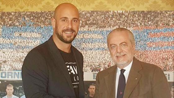 Reina (trái) và Chủ tịch De Laurentiis.