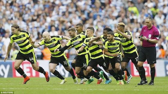 Nối gót Newcastle, Brighton, Huddersfield thăng hạng ảnh 1
