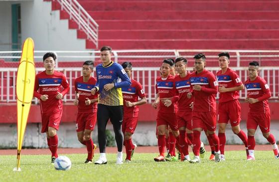 Tuyển Việt Nam đã được tập trung và ra sân tập buổi đầu với thành phần 17/28 cầu thủ có mặt. Ảnh: Dũng Phương