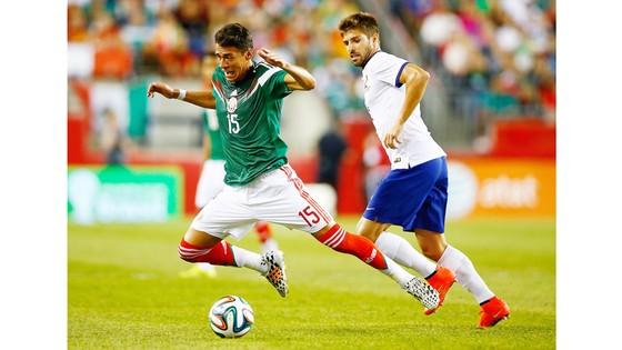 Miguel Veloso (phải, Bồ Đào Nha) phạm lỗi với Hector Moreno (Mexico).