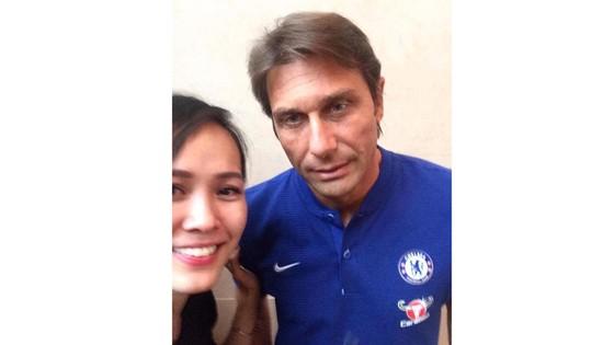 Fan Chelsea Việt Nam được chụp hình cùng Conte