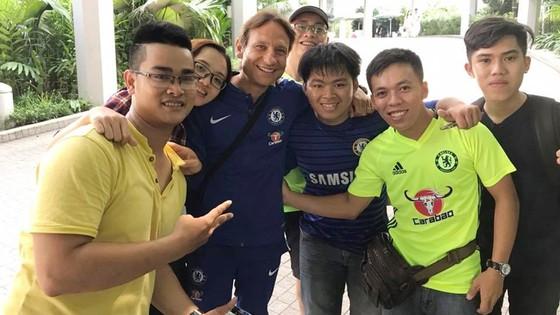 Fan Chelsea Việt Nam được chụp hình cùng Conte ảnh 2