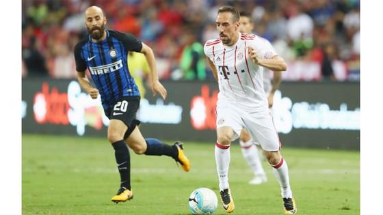 Franck Ribery nỗ lực đi bóng trước hàng phòng ngự Inter Milan