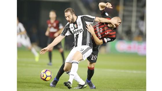 Gonzalo Gerardo Higuain (trái, Juventus) tranh bóng với  GabrielPaletta (AC Milan).