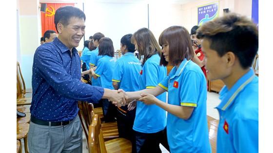 Ông Trần Đức Phấn đến thăm và động viên đội tuyển bóng đá nữ. Ảnh: HOÀNG MINH