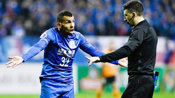 Tevez (trái) thi đấu không thành công ở Trung Quốc. 