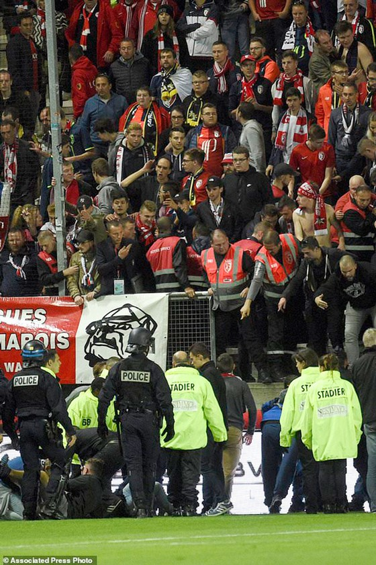 Sập hàng rào khiến hàng chục CĐV bị thương tại Ligue 1 ảnh 2
