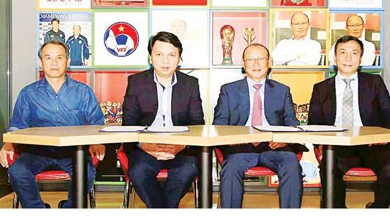 VFF chọn HLV Park Hang-seo (thứ 2 từ phải sang) khiến mọi người khá bất ngờ. Ảnh: VFF