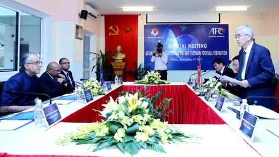 Chủ tịch Liên đoàn Bóng đá châu Á Ebrahim Al Khalifa (trái) tại buổi làm việc với VFF
