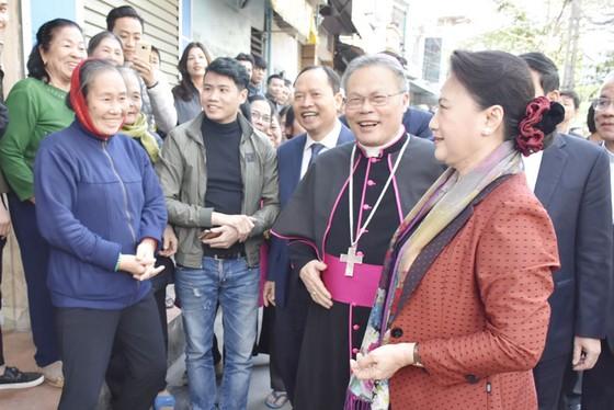 Chủ tịch Quốc hội thăm và chúc mừng đồng bào Công giáo dịp Giáng sinh ảnh 2