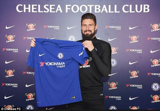 Hình ảnh Giroud cầm áo Chelsea. Ảnh: Chelsea FC