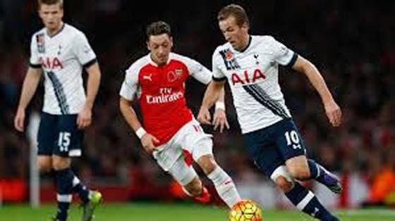 Ozil (giữa) và các đồng đội sẽ gặp nhiều khó khăn trước Tottenham