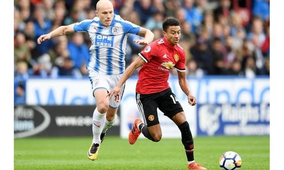 Manchester United (áo đỏ) sẽ gặp chủ nhà Huddersfield Town tại Vòng 5 - Cúp FA