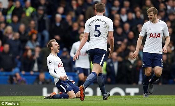 Eriksen (trái) vui mừng sau khi ghi bàn lưới Chelsea, quân bình tỷ số 1 - 1 cho Tottenham. Ảnh: Reuters