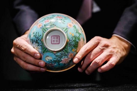 Chén đời Thanh bán đấu giá hơn 30 triệu USD ở Hong Kong ảnh 1