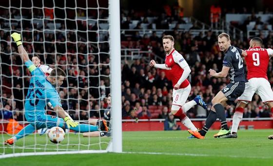 Arsenal (áo đỏ) vẫn được đánh cao hơn CSKA Moscow trong trận lượt về
