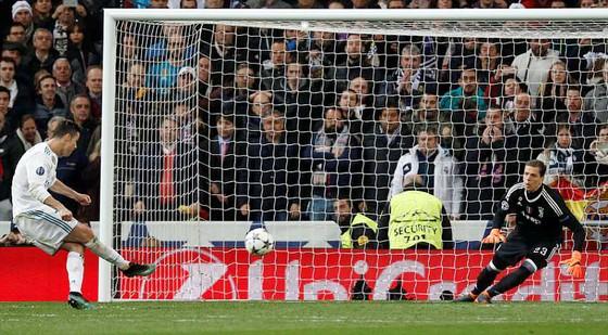 Ronaldo thực hiện thành công quả penalty đưa Real Mardid vào bán kết
