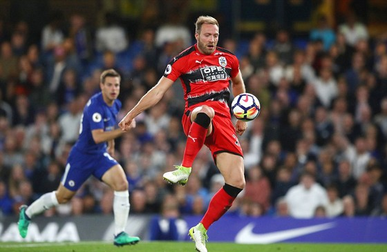 Huddersfield Town (áo đỏ) gây rất nhiều khó khăn cho Chelsea